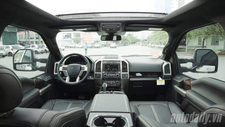 Không gian bên trong cabin F-150 Platinum 2015 rất rộng rãi và thoải mái.