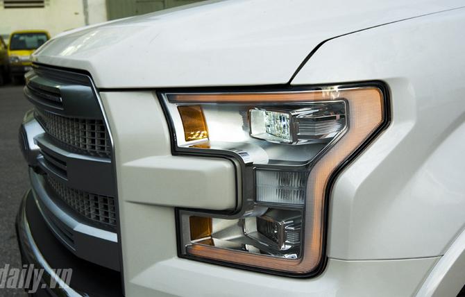 Thiết kế đèn pha trước tích hợp công nghệ LED hiện đại.