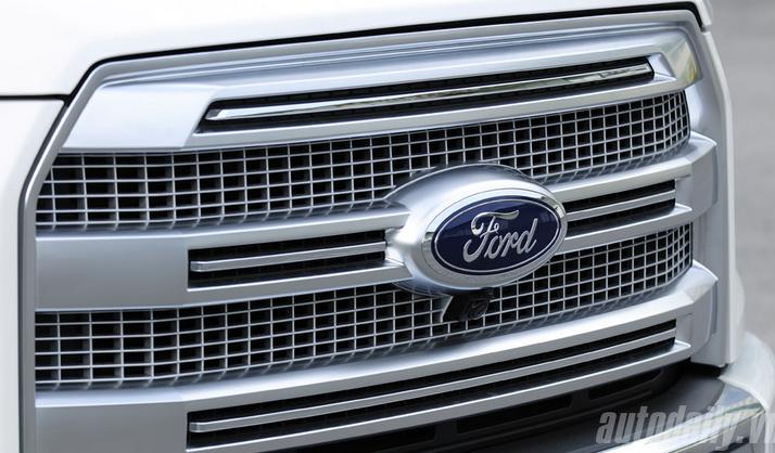 Lưới tản niệt lớn với logo Ford nằm chính giữa.