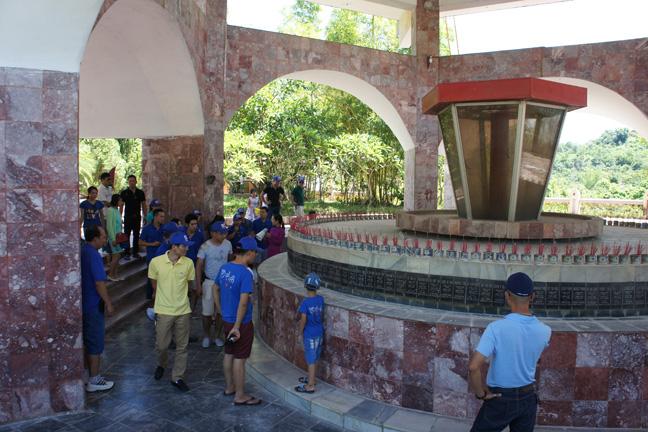 Tới thăm đài tưởng niệm những con người đã hy sinh vì công trình thủy điện
